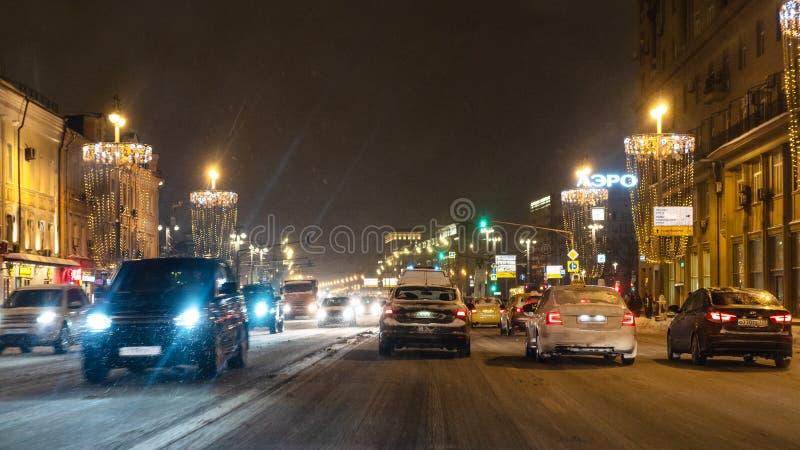 Noc samochodowy ruch drogowy na Tverskaya ulicie w Moskwa fotografia royalty free