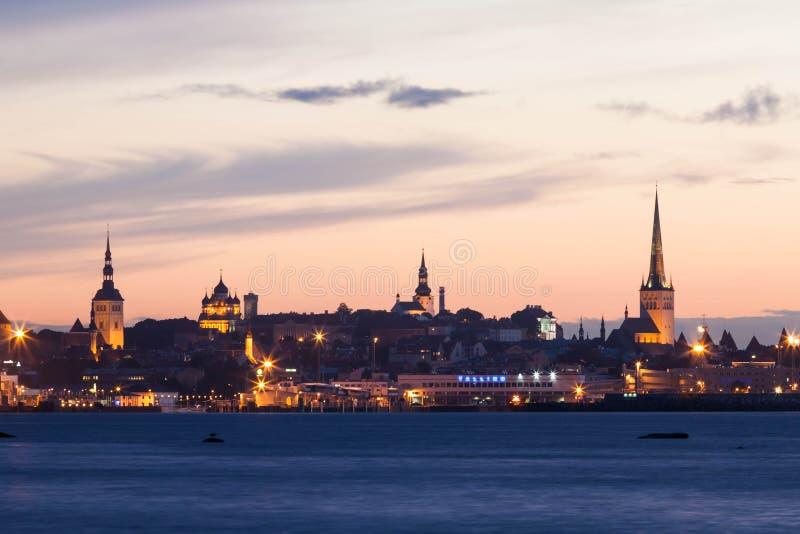 Noc strzelał Kapitałowy Tallinn, Estonia zdjęcia royalty free