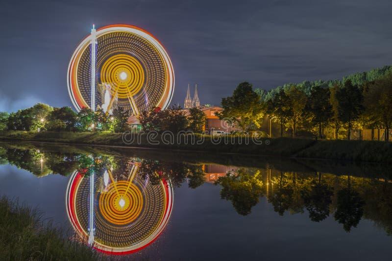 Noc strzelał ludowy festiwal z ferris kołem zdjęcia stock