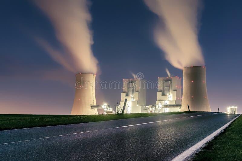 Noc strzelająca elektrownia fotografia stock
