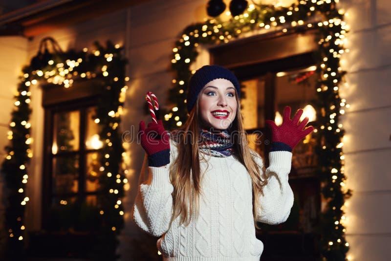Noc uliczny portret młoda piękna kobieta odziewa działanie ekscytował, będący ubranym elegancki trykotowego Wzorcowa wyraża radoś zdjęcie stock