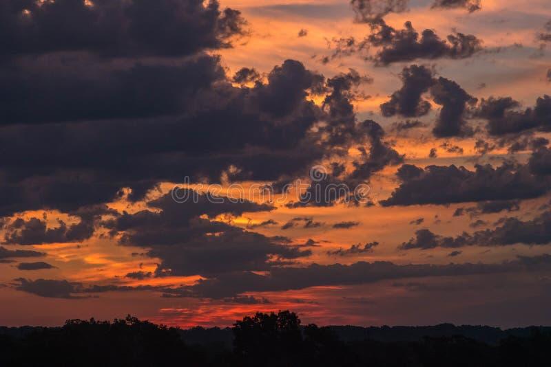 Noc W świt Z Sylwetkowym krajobrazem zdjęcie stock