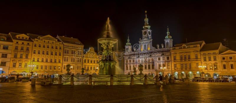 Noc w Ceske Budejovice miasteczku obraz stock