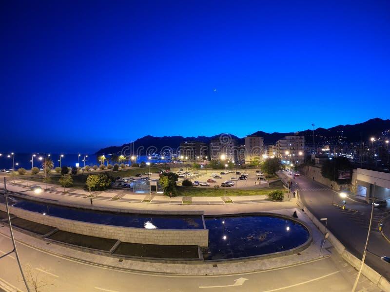 Noc w Salerno blisko gór z niektóre światłami i morza obraz royalty free