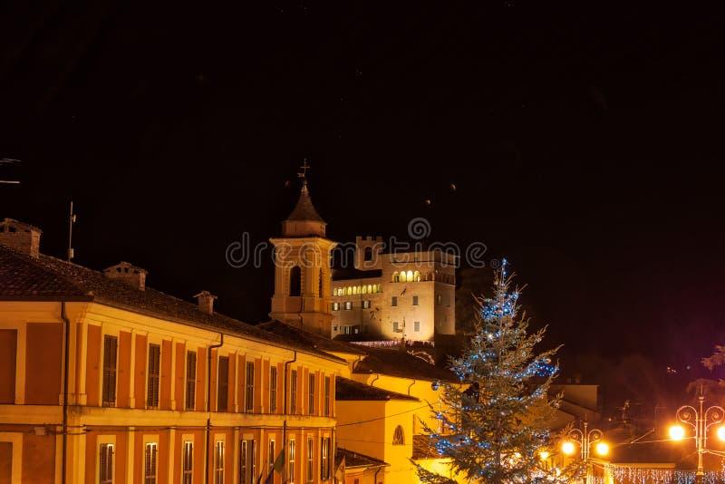 Noc widok średniowieczna wioska przy bożymi narodzeniami zdjęcie stock