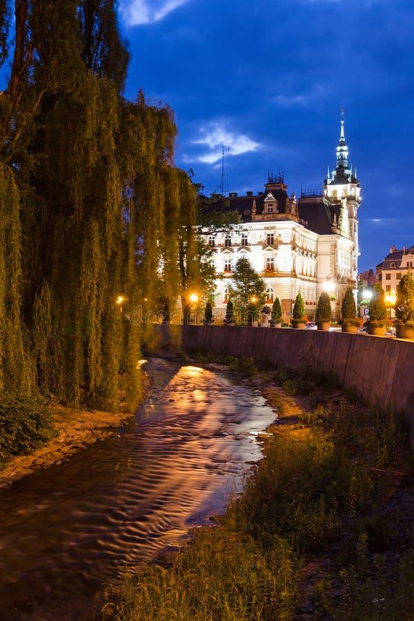 Noc widok dla urzędu miasta - rzeki strona fotografia royalty free