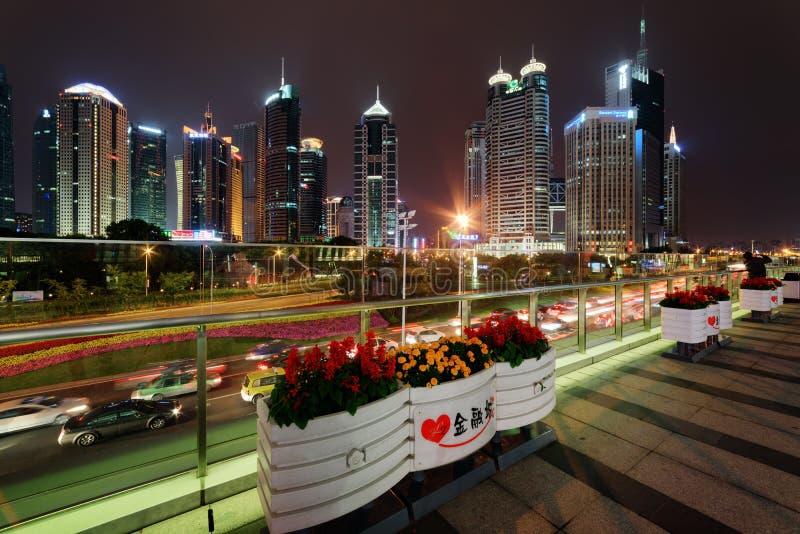 Noc widok drapacze chmur, Szanghaj, Chiny nowożytny miasta ruch drogowy obraz royalty free