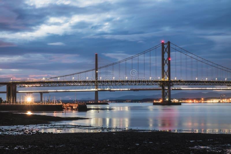 Noc widok droga mostu i Queensferry Cro na dwa mostach, Naprzód fotografia royalty free