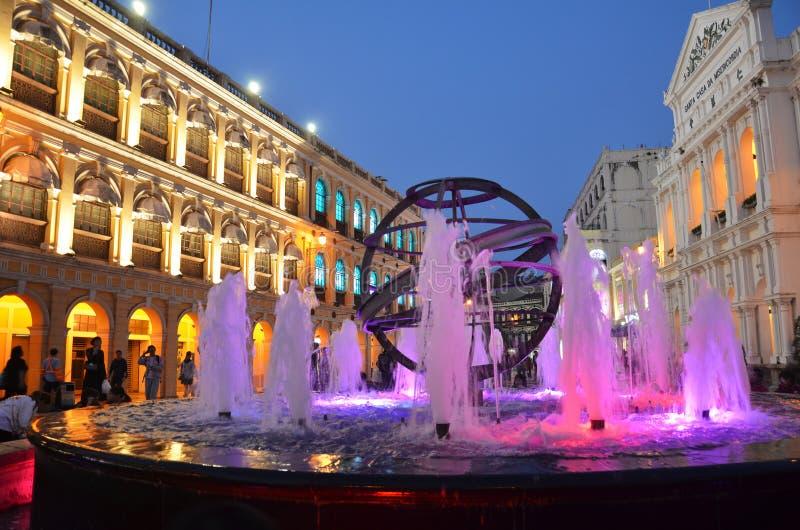 Noc widok fontanna przy Senado kwadratem zdjęcie stock