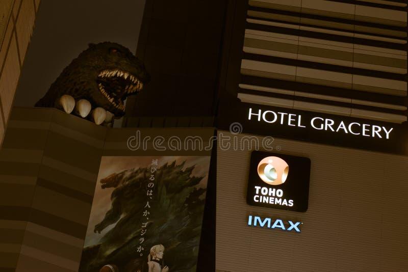 Noc widok Godzilla statua przy Toho kinami, Shinjuku obrazy stock