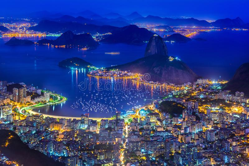Noc widok halny Sugarloaf i Botafogo w Rio De Janeiro zdjęcia stock