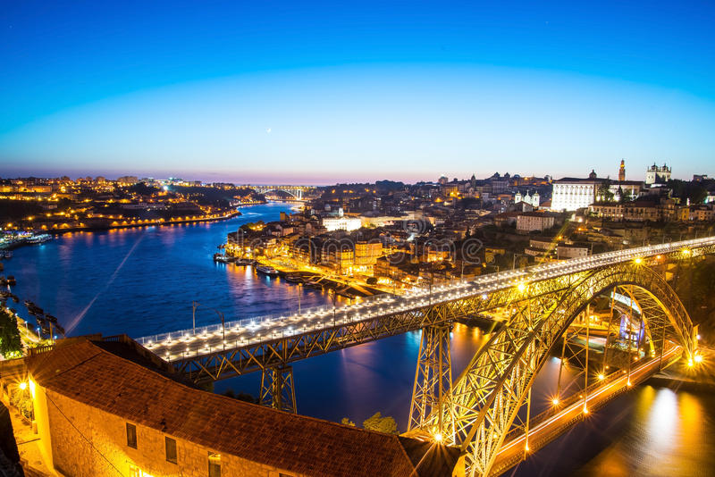 Noc widok historyczny miasto Porto, Portugalia z Dom obrazy royalty free