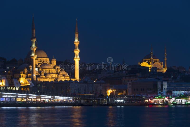 Noc widok Istanbuł, Nowy meczetowy Valide sułtan Suleymaniye i meczet, obraz stock