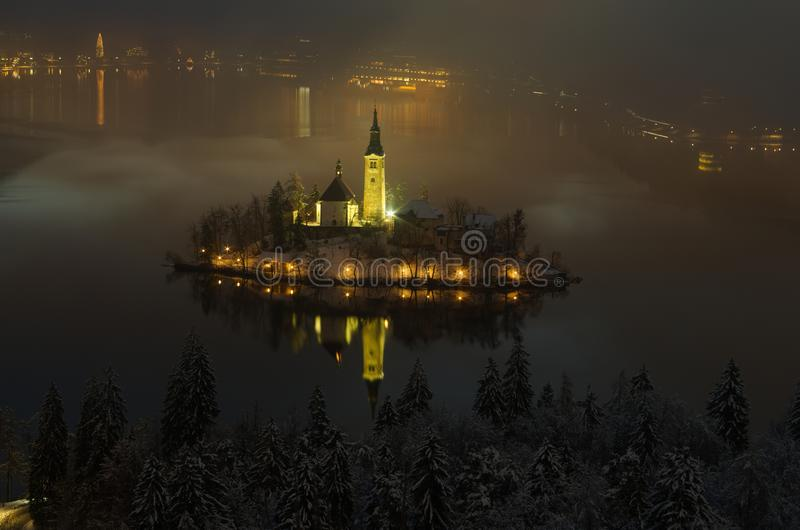 Noc widok kościół wniebowzięcie w wyspie jezioro Krwawię obrazy stock