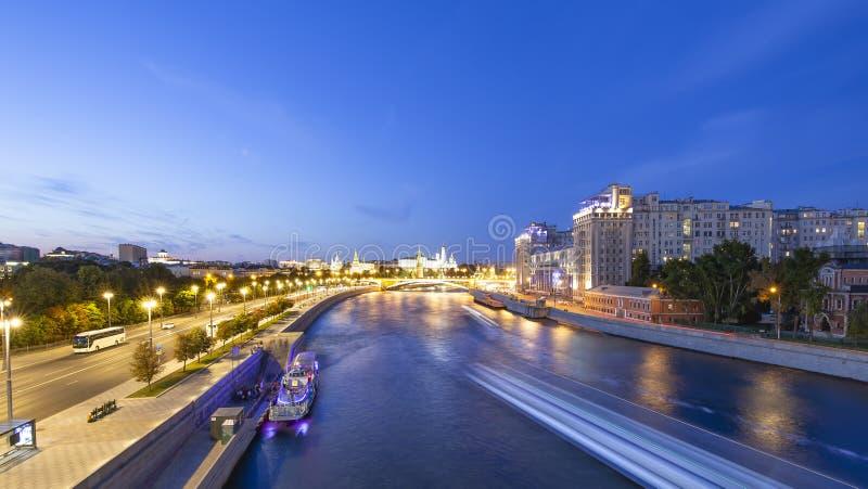 Noc widok Kremlin Moskva rzeka i, Moskwa, Rosja--popularny widok Moskwa obrazy stock