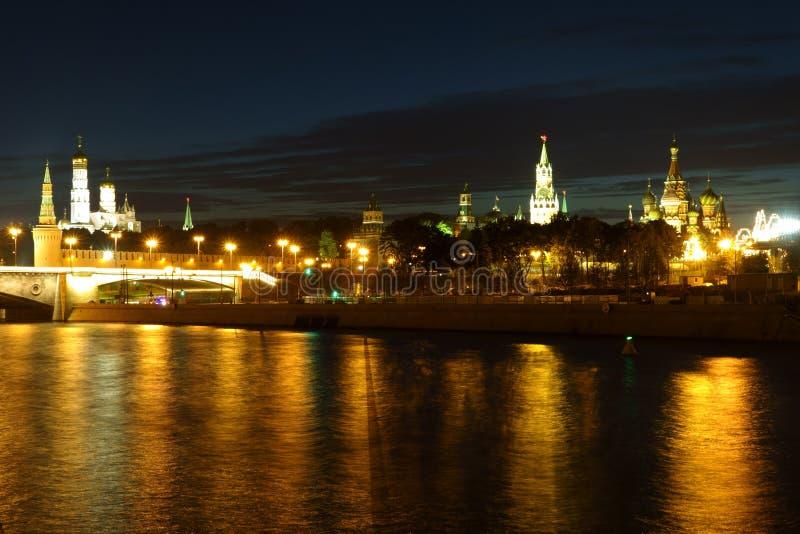Noc widok Kremlin w złotym odbiciu w rzece fotografia stock