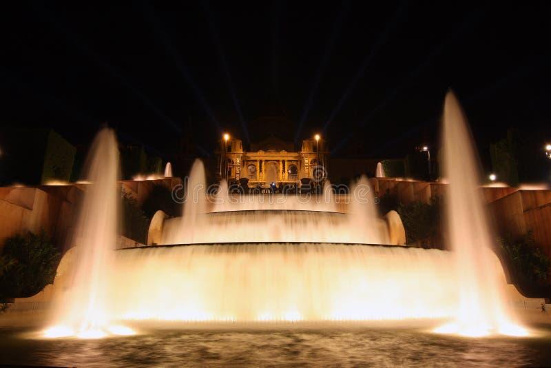 Noc widok Magiczny fontanny światła przedstawienie w Barcelona, Hiszpania obrazy stock