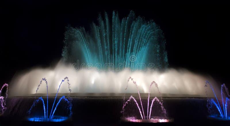 Noc widok Magiczny fontanny światła przedstawienie w Barcelona, Hiszpania obraz stock
