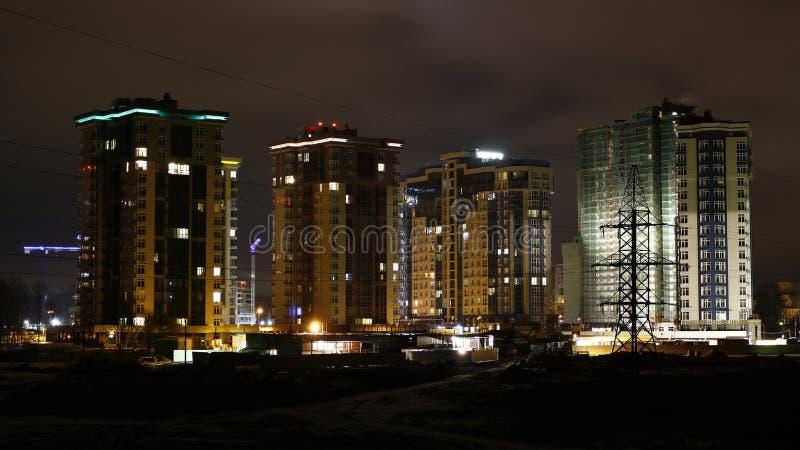 Noc widok mieszkaniowy kompleks z kondygnacja domami zdjęcia royalty free