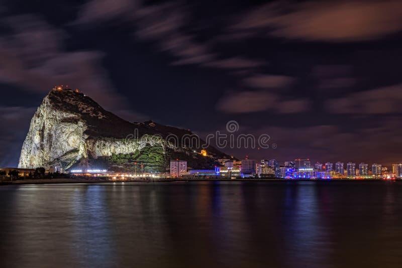 Noc widok na Gibraltar skale od Hiszpańskiego grodzkiego Losu Angeles Linea De Los angeles Concepcion zdjęcie royalty free