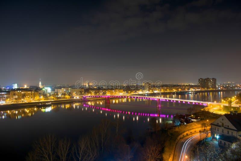 Noc widok na mieście Novi Sad od Petrovaradin fortecy w Serbia fotografia stock