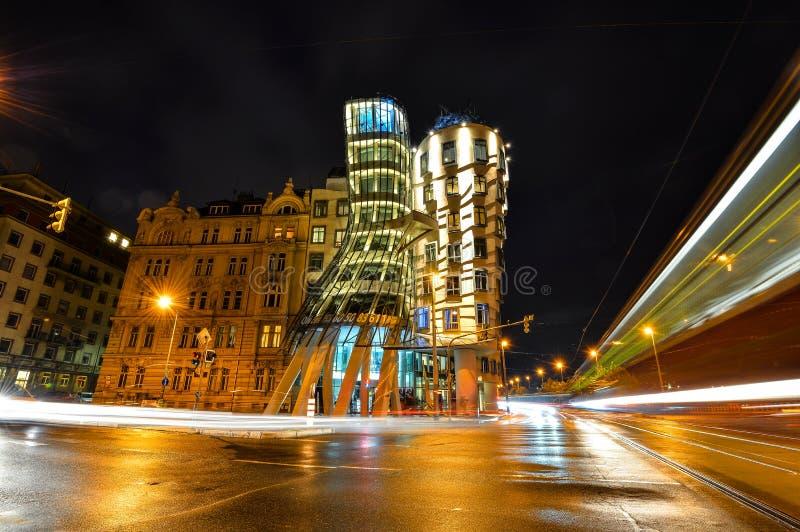 Noc widok na moder budynku tana domu, Fred lub imbir Nationale-Nederlanden budynek na Biegał bulwar w Praga, obraz stock