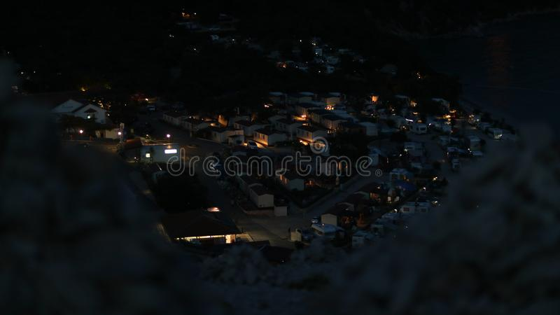 Noc widok na samochodach obozuje od skalistego wzgórza w Chorwacja obrazy stock