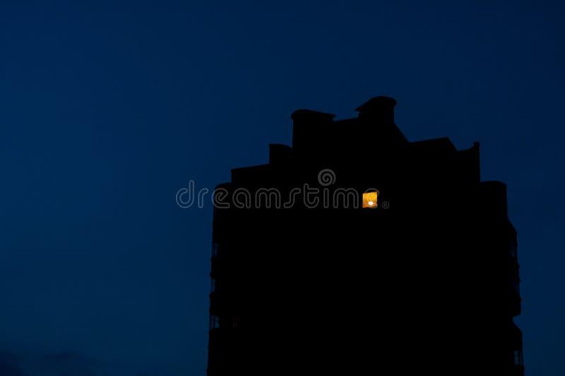 Noc widok na starym budynku mieszkalnym dokąd światło wewnątrz dalej tylko w jeden pokoju obrazy royalty free