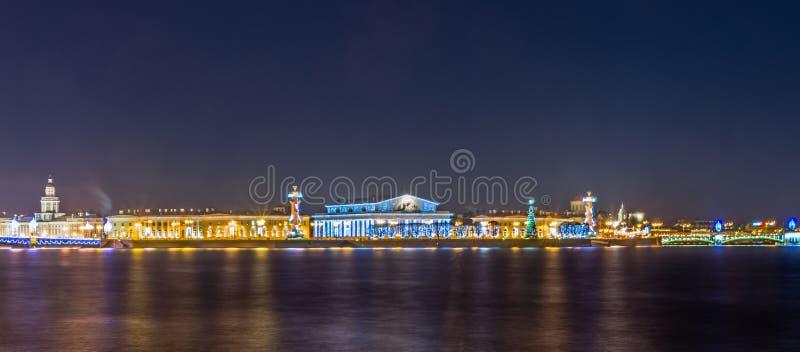 Noc widok na strzała Vasilievsky wyspa w Petersburg fotografia stock