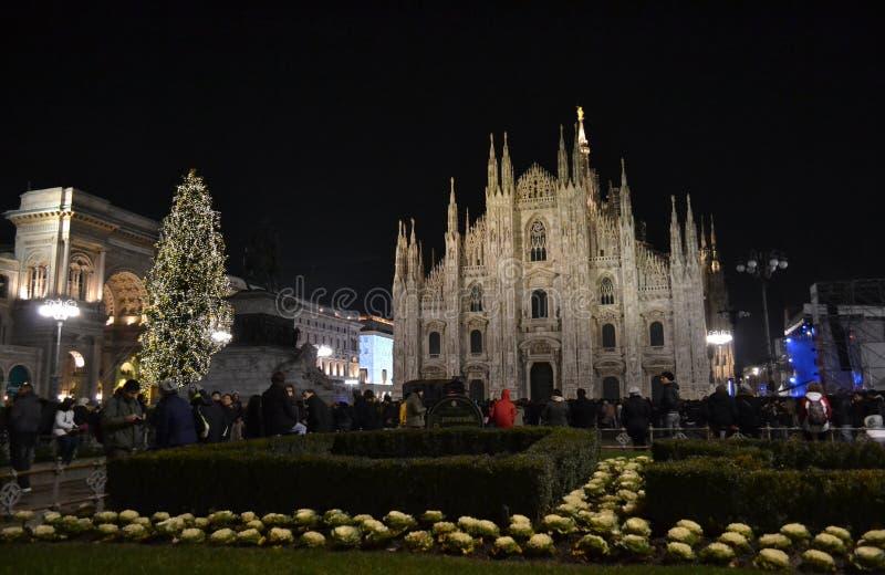 Noc widok nowego roku koncert przy Duomo kwadratem z mnóstwo ludźmi teraźniejszymi zdjęcia stock