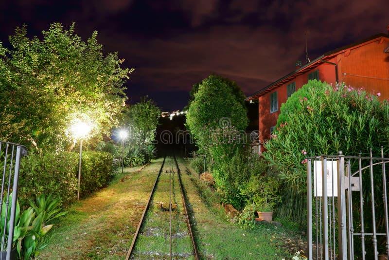 Noc widok od wagonu kolei linowej w Montecatini Terme, Włochy fotografia stock