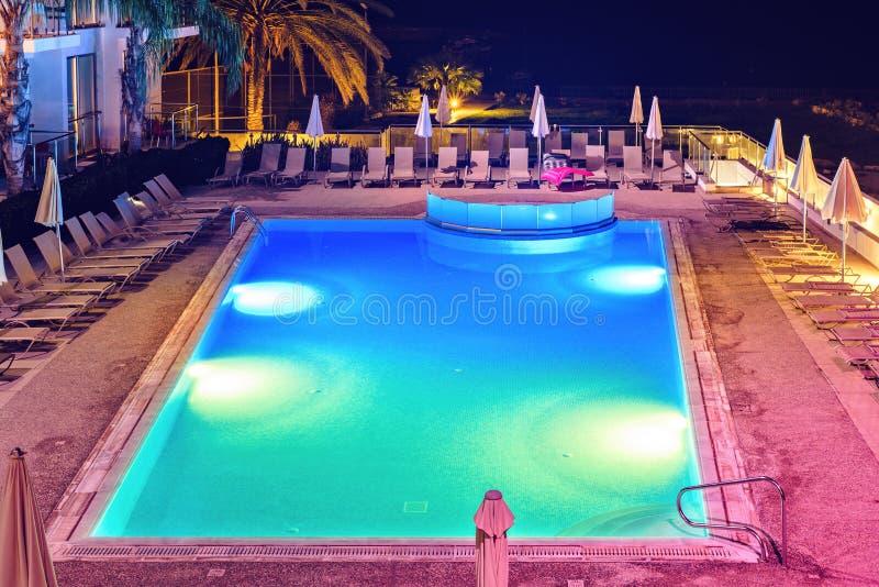 Noc widok od wierzchołka hotelowy basen z kolorowymi światłami zdjęcia royalty free