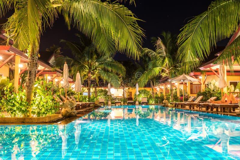 Noc widok piękny pływacki basen w tropikalnym kurorcie obraz royalty free