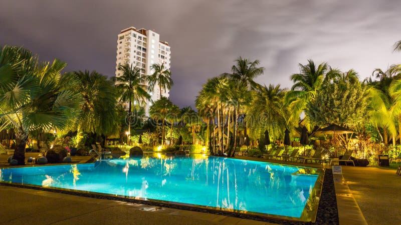 Noc widok piękny pływacki basen w tropikalnym kurorcie, Phuket zdjęcia stock