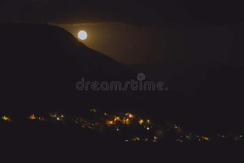 Noc widok pod księżyc światłem na mieście na brzeg Adriatycki morze od skalistego wzgórza w Chorwacja, różny kolor tonuje obrazy stock