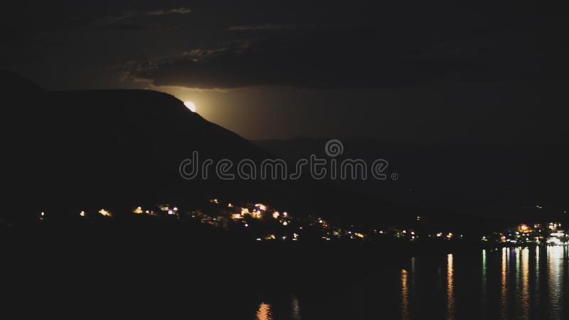 Noc widok pod księżyc światłem na mieście na brzeg Adriatycki morze od skalistego wzgórza w Chorwacja, różny kolor tonuje zdjęcia stock