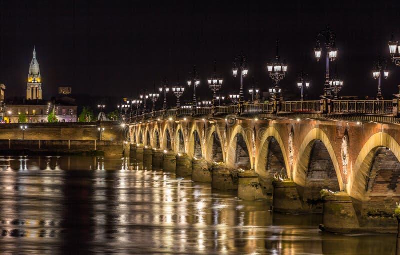 Noc widok Pont De Pierre w bordach - Aquitaine, Francja obraz stock