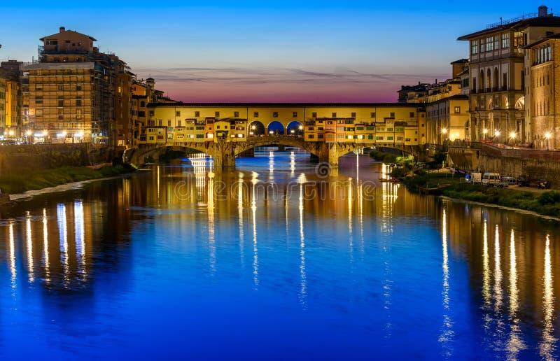 Noc widok Ponte Vecchio nad Arno rzeką w Florencja obrazy royalty free