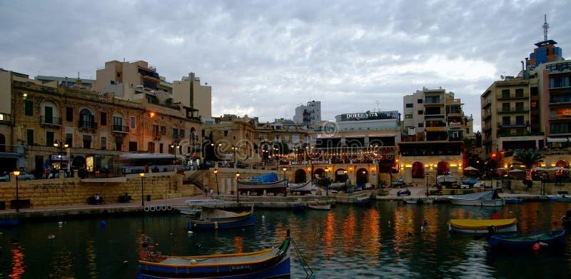 Noc widok przy Spinola zatoką, Malta zdjęcie stock