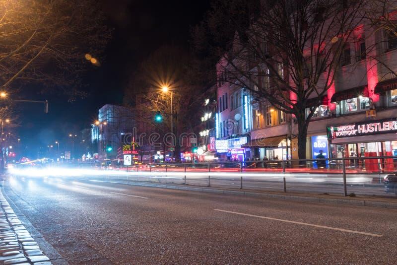 Noc widok Reeperbahn ulica w czerwone światło okręgu Hamburg zdjęcie stock