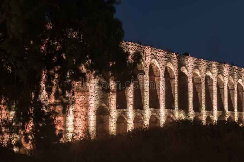 Noc widok resztki antyczny Romański akwedukt lokalizować między akrem i Nahariya w Izrael obraz stock