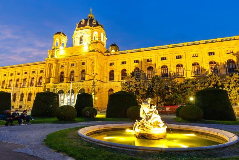 Noc widok sławny historii naturalnej muzeum z parkiem w Wiedeń, Austria obraz stock