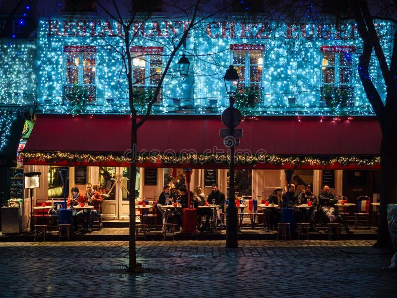 Noc widok sławny kwadrat artyści i typowy restauran obraz stock