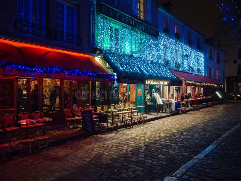 Noc widok sławny kwadrat artyści i typowy restauran fotografia stock