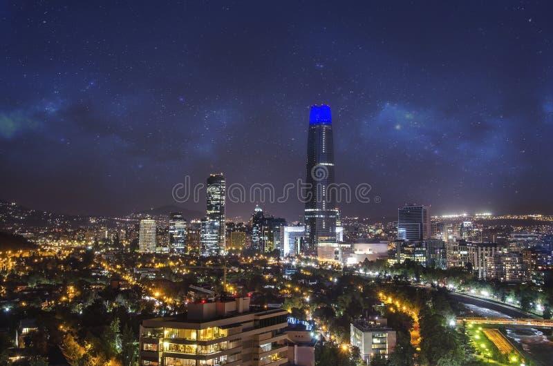 Noc widok Santiago de Chile w kierunku wschodniej części miasto, pokazywać Mapocho rzekę Condes distric i Providencia Las i zdjęcie royalty free