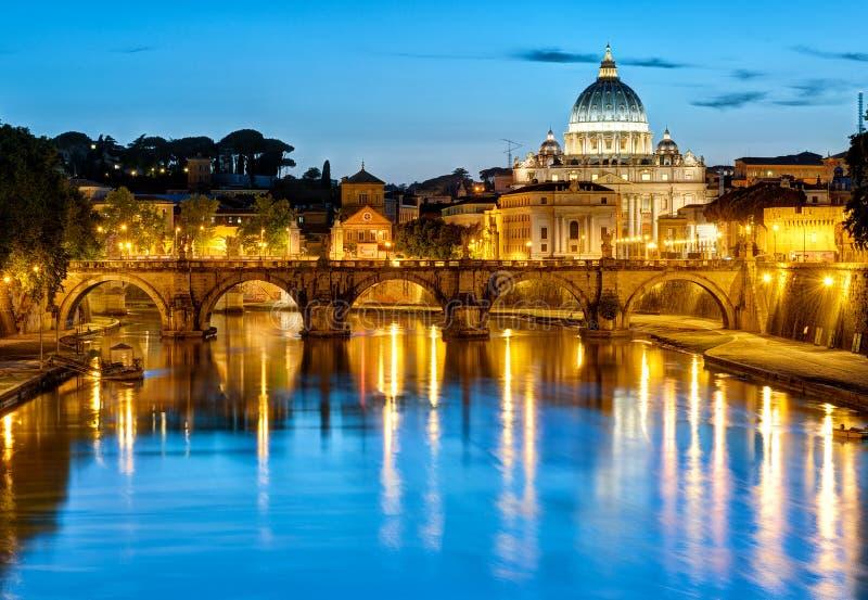 Noc widok St Peter bazylika, Rzym zdjęcia royalty free