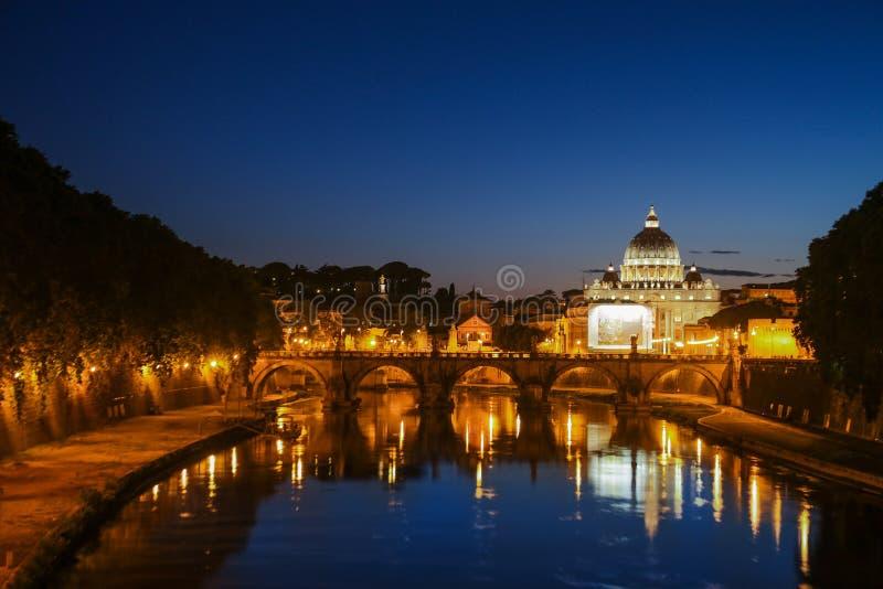 Noc widok St Peter ` s bazylika Ponte Sant Angelo i Tiber rzeka w Rzym, Włochy - Dramatyczny zmierzch z sbeautiful obraz stock