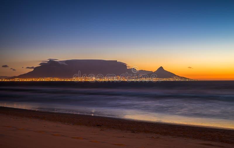 Noc widok Stołowa góra i Kapsztad, Południowa Afryka zdjęcie stock