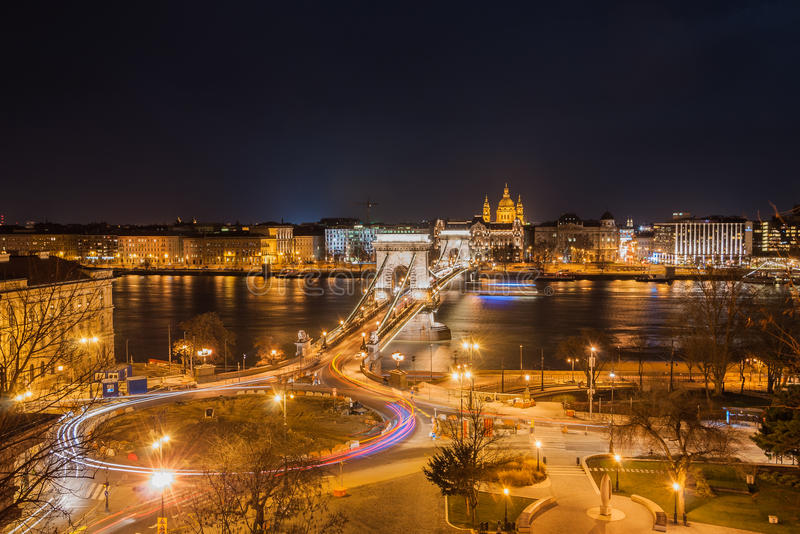 Noc widok Szechenyi Łańcuszkowego mosta i kościół St Stephen bazylika w Budapest obraz stock