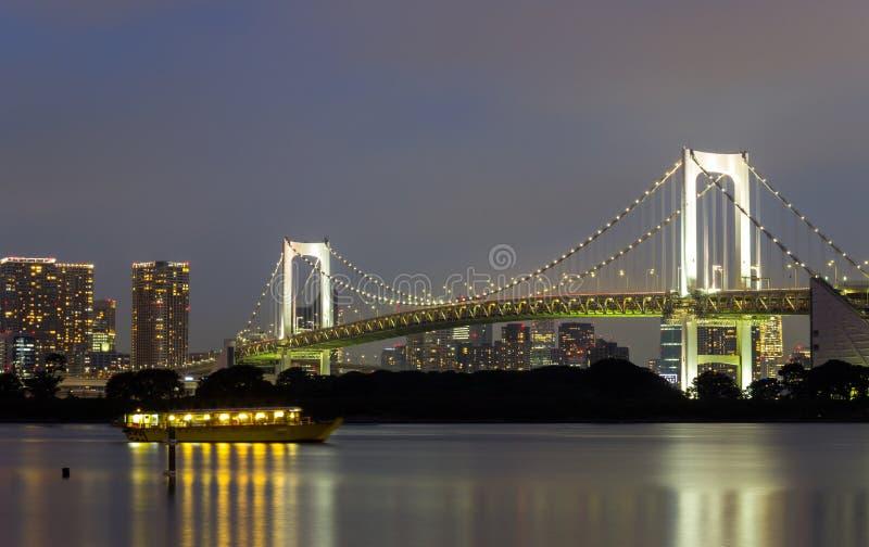 Noc widok tęcza most i otaczający Tokio zatoki teren jak widzieć od Odaiba, Minato, Tokio, Japonia obraz royalty free